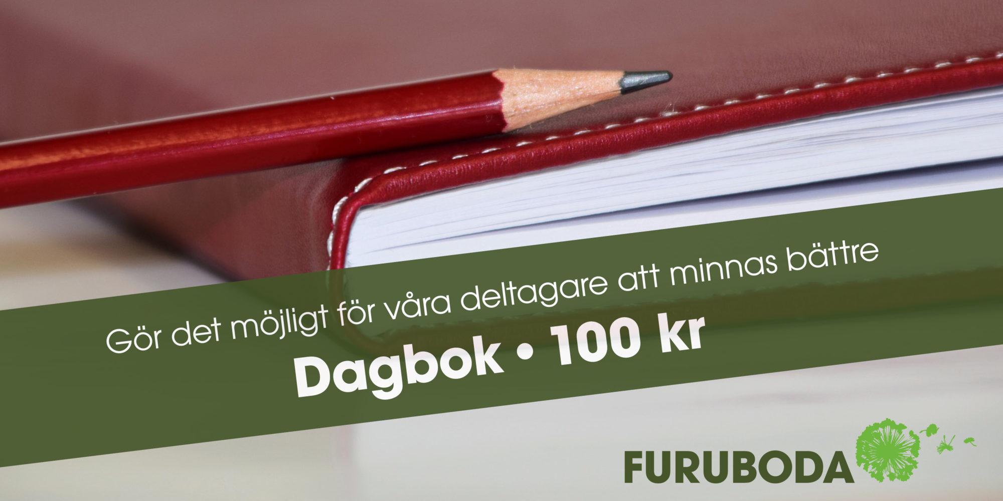 """En del av en röd anteckningsbok med en blyertspenna liggande på. På bilden ett grönt band med texten """"Gör det möjligt för våra deltagare att minnas bättre. Dagbok 100 kr"""""""