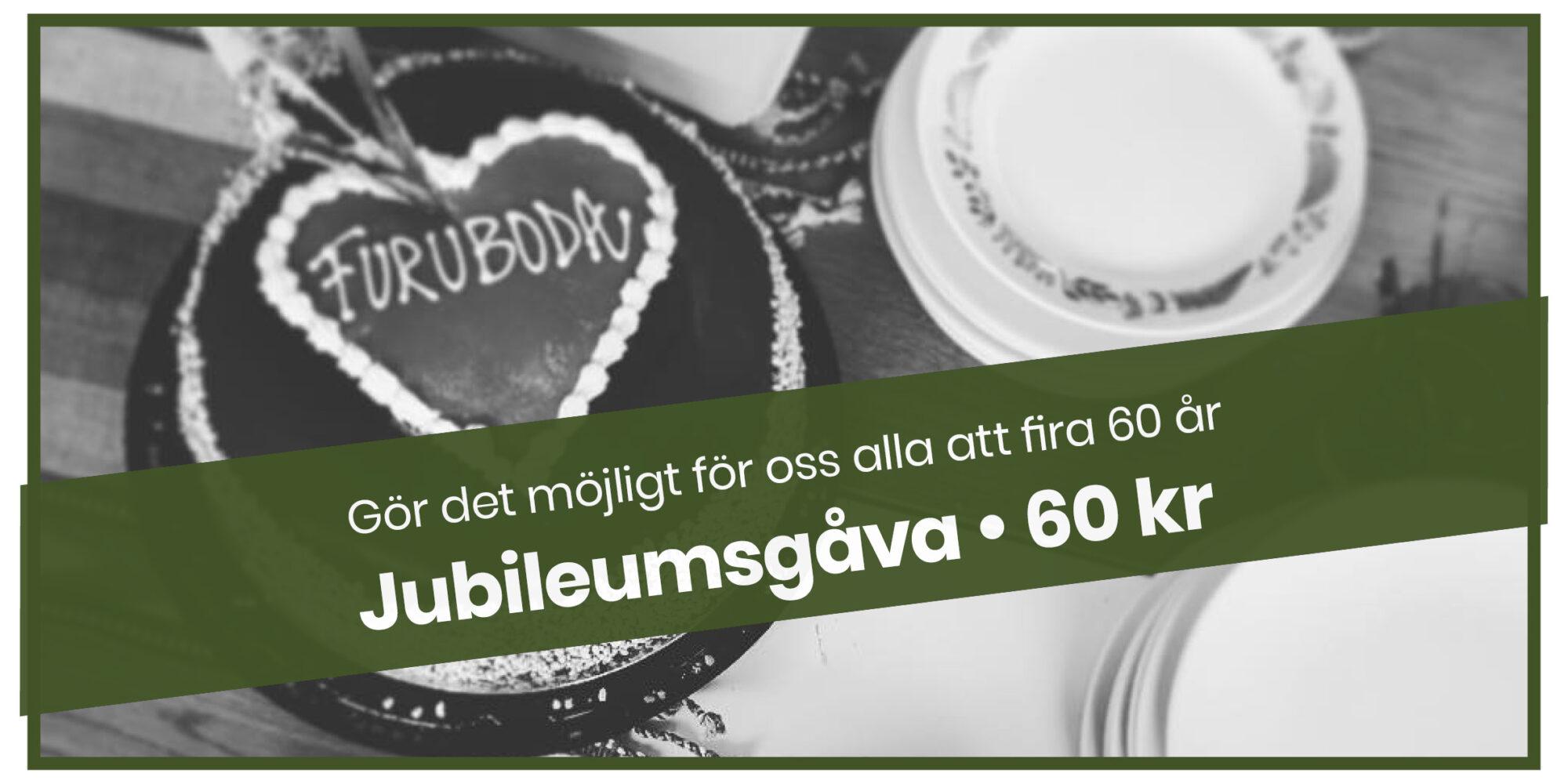 """En tårta med texten """"Furuboda"""" i en hjärtformad garnering. På bilden ett mörkgrönt band med texten """"Gör det möjligt för oss alla att fira 60 år. Jubileumsgåva 60 kr"""""""