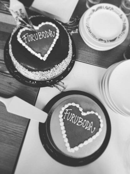 Två tårtor i hjärtform med texten Furuboda